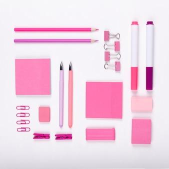 Surtido plano de artículos de color rosa