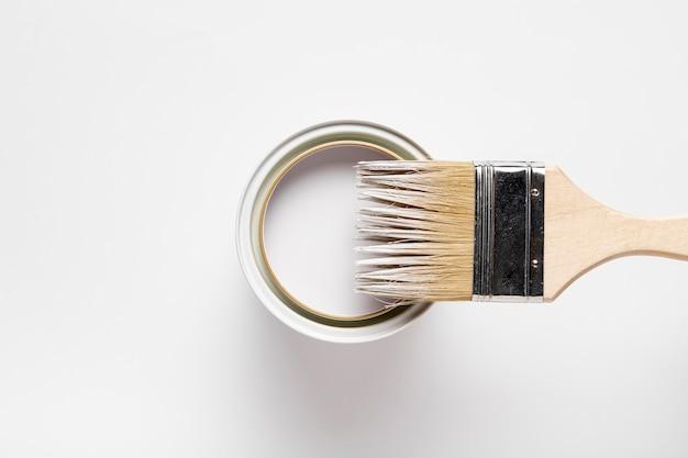 Surtido plano con cepillo y contenedor de pintura