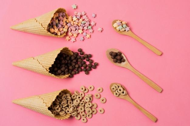 Surtido plano con conos de helado y cereales.
