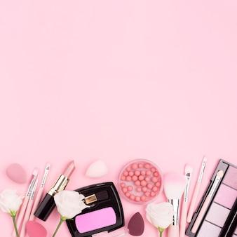 Surtido plano de cosméticos con espacio de copia