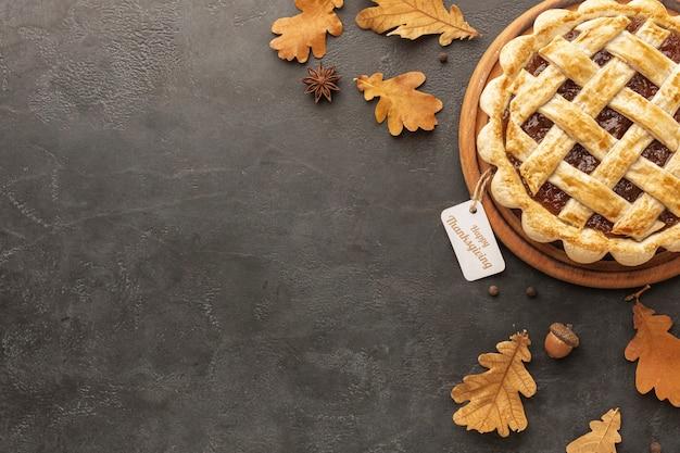 Surtido plano con deliciosos pasteles y hojas