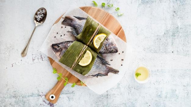Surtido plano con deliciosos pescados y fondo de estuco