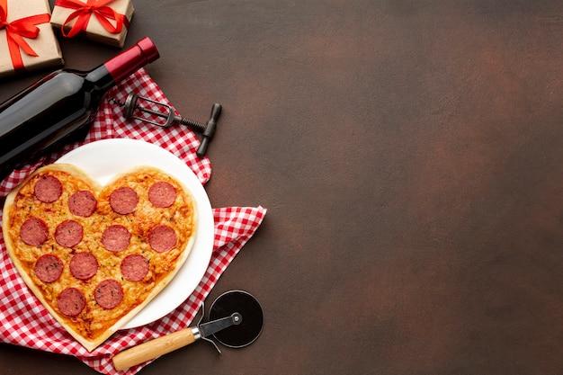 Surtido plano del día de san valentín con pizza y espacio de copia