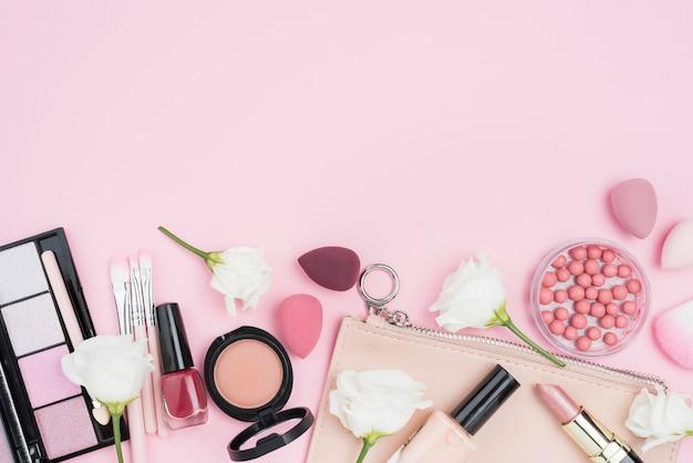 Surtido plano de diferentes cosméticos con espacio de copia