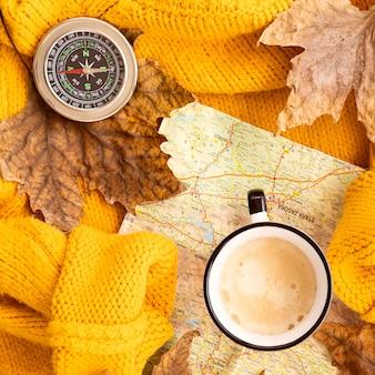 Surtido plano de elementos de viaje de otoño.