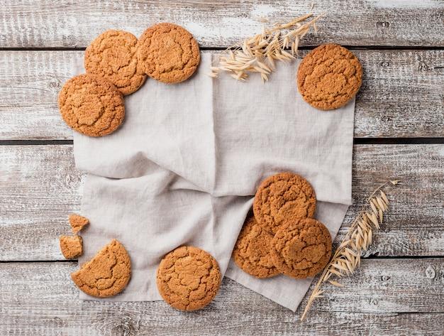 Surtido plano de galletas y trigo.