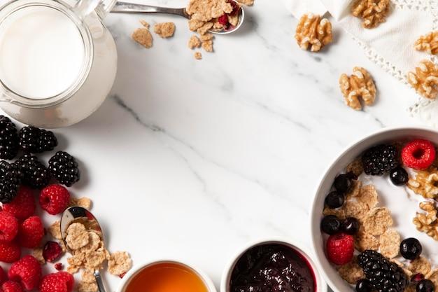 Surtido plano laico de cereales de tazón saludable con espacio de copia