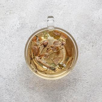 Surtido plano laico de plantas secas en té