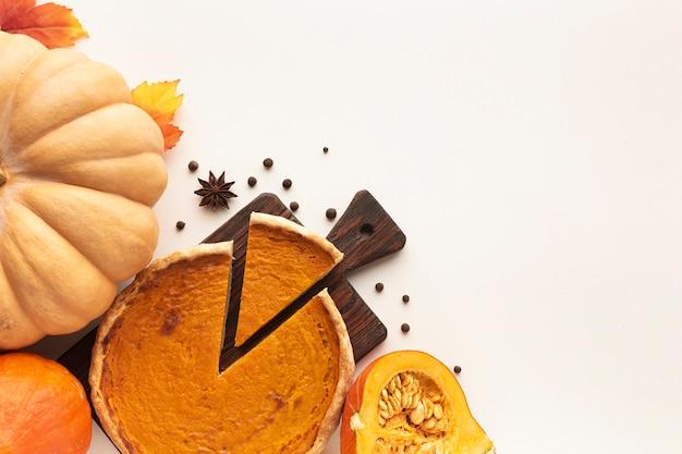 Surtido plano con pastel en rodajas y calabaza