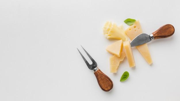 Surtido plano de queso gourmet y cuchillos de queso con espacio de copia