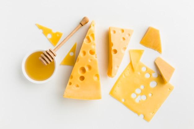 Surtido plano de queso con miel