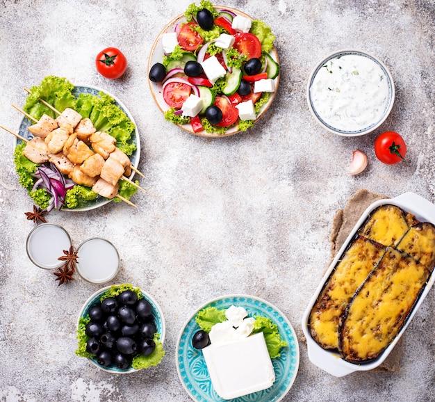 Surtido de platos griegos tradicionales.