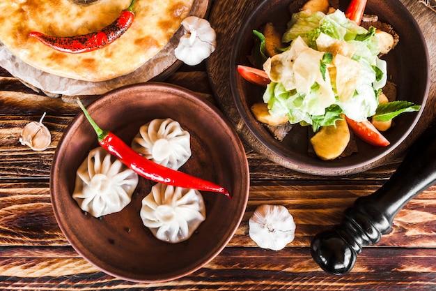 Surtido de platos orientales de la cocina georgiana.