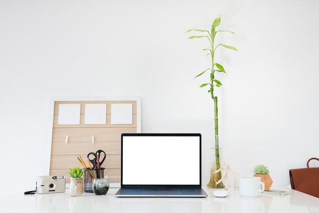 Surtido de portátiles y artículos de escritorio