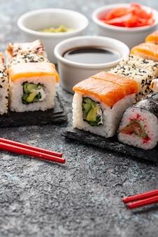 Surtido de primer plano de rollos de sushi maki con palillos