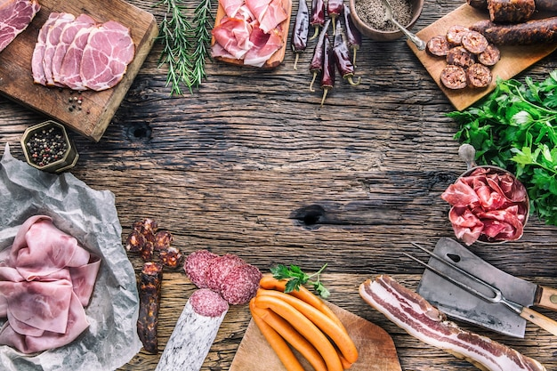 Surtido de productos de cerdo ahumado, embutidos, jamón, jamón, coppa, salami, hierbas y especias