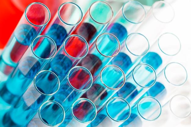 Surtido de productos químicos de alto ángulo en el laboratorio