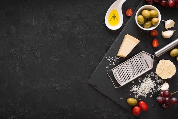 Surtido de quesos con espacio de copia