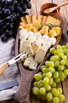 Surtido de quesos con miel y uvas.
