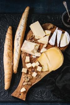 Surtido de quesos sobre tabla de madera