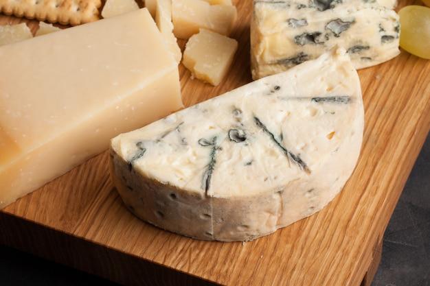 Surtido de quesos con uvas blancas.