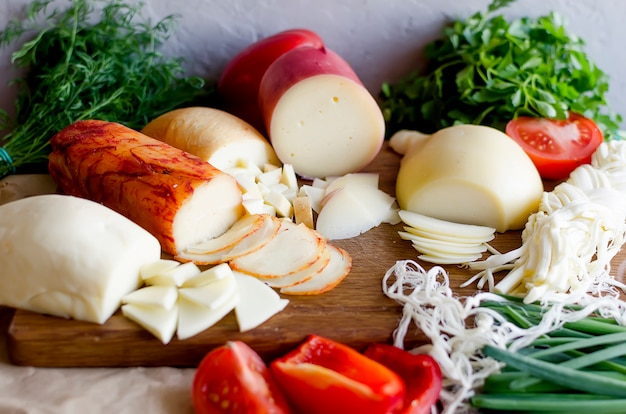 Surtido de quesos en varias formas y tamaños.