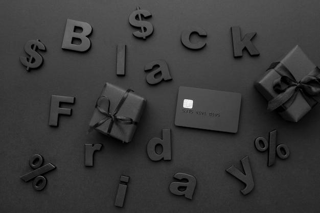 Surtido de rebajas de black friday con regalos y cartas.