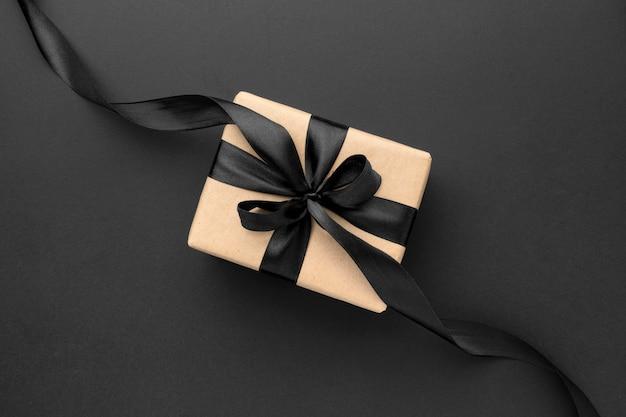 Surtido de rebajas de viernes negro plano con regalos