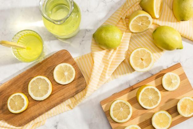 Surtido de rodajas de limón cortadas