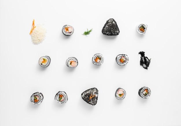 Surtido de rollos de sushi maki n fondo blanco.