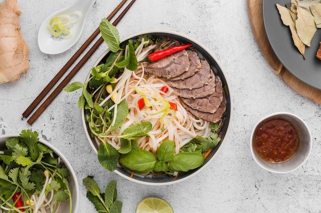 Surtido de sabrosa comida vietnamita