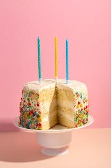 Surtido sabroso pastel y velas