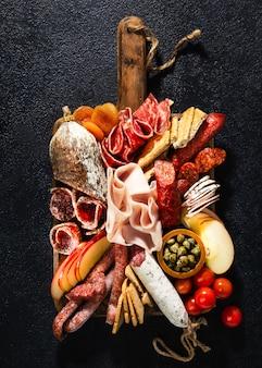Surtido de salami y aperitivos. salchicha fouet, salchichas, salami, paperoni