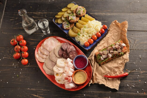 Surtido de salchichas caseras y carne con mostaza y rábano picante