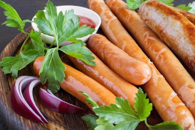 Surtido de salchichas fritas saladas