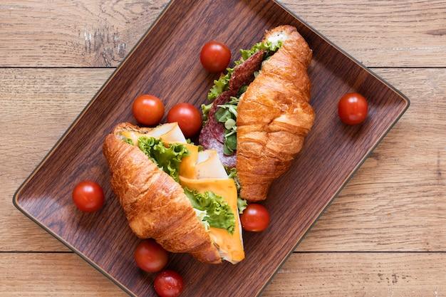 Surtido de sandwiches frescos sobre fondo de madera