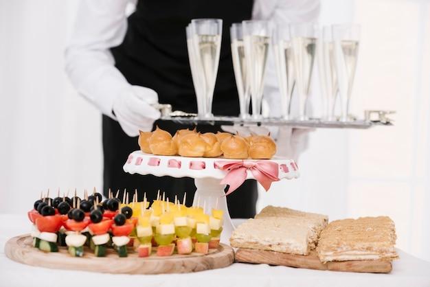 Surtido de snacks en una mesa