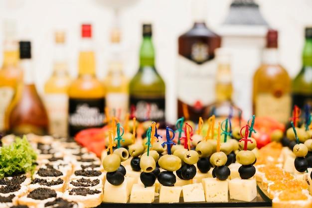 Surtido de snacks presentado en una mesa