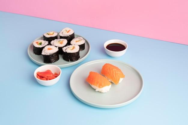 Surtido de sushi delicioso de alto ángulo