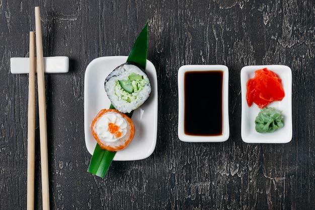 Surtido de sushi japonés tradicional