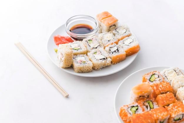 Surtido de sushi con salsa y palillos.