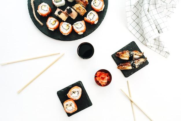 Surtido de sushi en superficie blanca