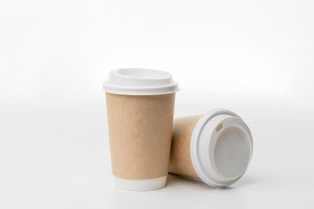 Surtido de tazas de café sobre fondo blanco.