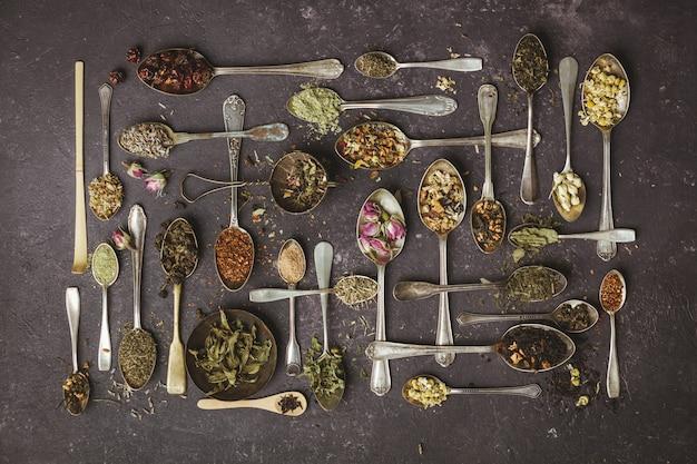 Surtido de té seco en cucharas vintage.