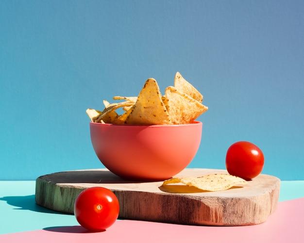 Surtido de tortilla chips y tomates cherry.