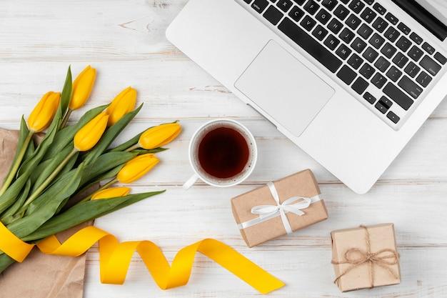 Surtido de tulipanes amarillos en la mesa de trabajo