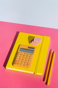 Surtido de útiles escolares en la mesa.
