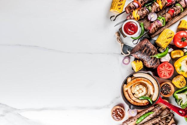 Surtido de varios asados comida parrilla carne, fiesta barbacoa fiesta