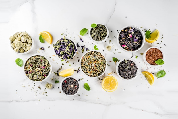 Surtido de varios tipos de té seco.