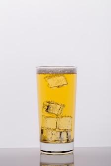 Surtido con vaso de bebida y cubitos de hielo.